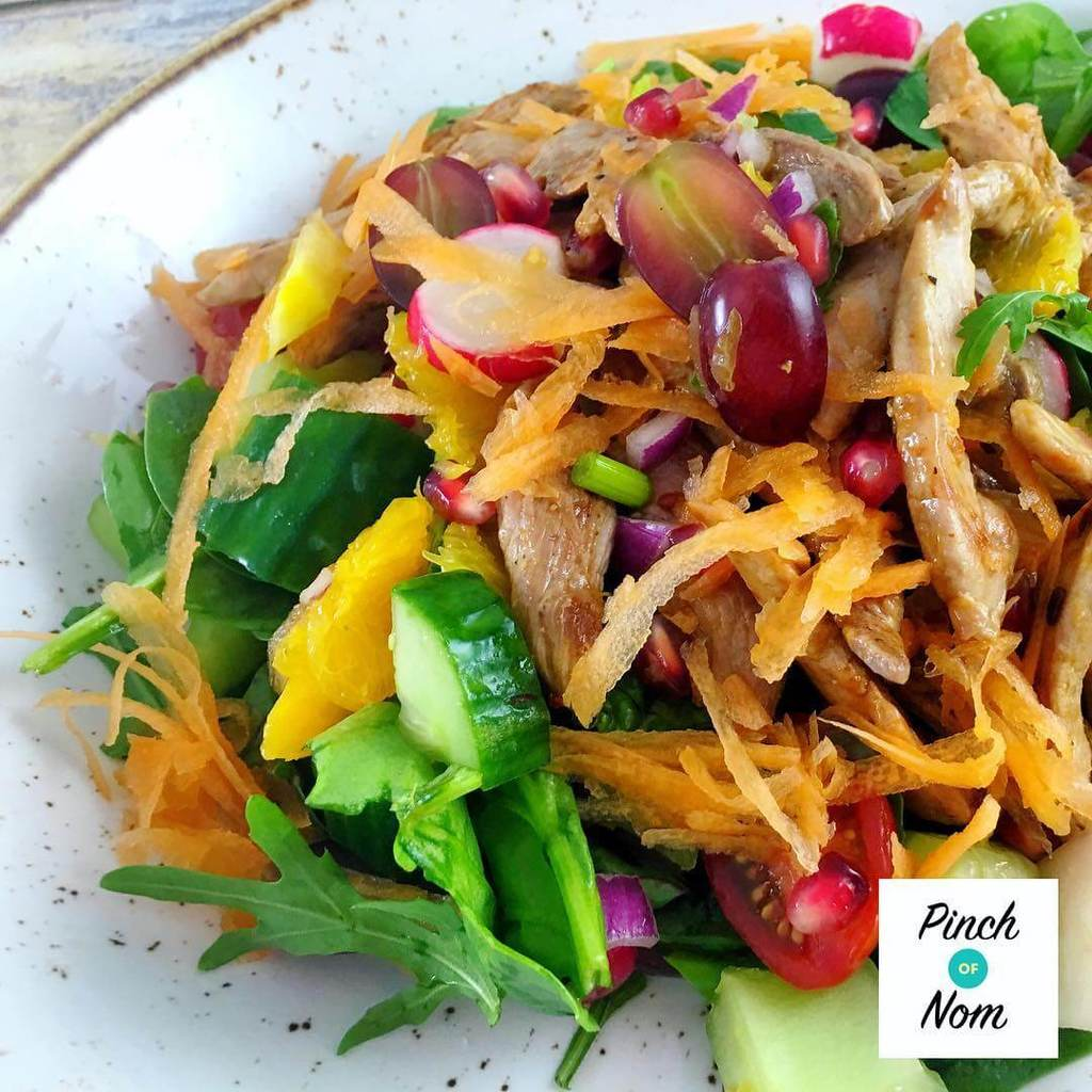 Super low Syn sweet chilli duck salad with oranges and pomegranate seeds. Up on the site now! Really fresh, a little different and only 0.25 syns per portion #slimmingworld #slimmingworlduk #slimmingworldusa #slimmingworldfamily #slimmingworldmotivation #slimmingworldmafia #slimmingworldjourney #sw #swuk #swinstagram #healthyeating #weightloss #weightlossjourney #ww #weightwatchersuk #weightwatchers #foodblogger #pinchofnom